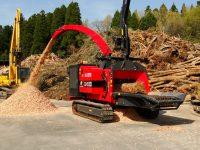 Foretec.lt - FORETEC INVESTICINĖ GRUPĖ - Tiekiame įvairią, miško transportavimui ir perdirbimui skirtą techniką: Skandinaviškus miškovežius,specialius miškovežinius antstatus sunkvežimiams,hidraulinius krautuvus- manipuliatorius,priekabas ir puspriekabes,medienos smulkintuvusi,skiedrovežines priekabas,atsargines dalis europe chippers EUROPE CHIPPERS – medienos smulkintuvai Europe Chippers EC 1060 Tracks Crane 1300x975 1 200x150